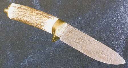 Horn handled hunting knife with brass fittings.